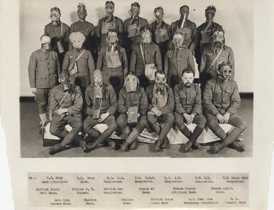 Četa ameriških vojakov z različnimi modeli plinskih mask.
