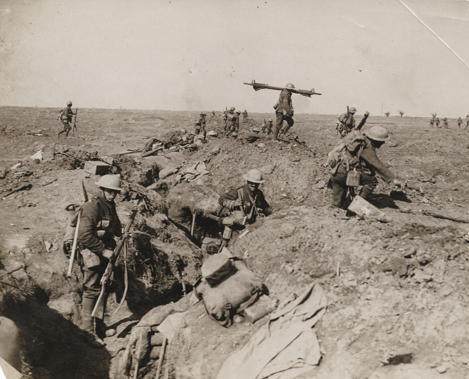 Britanski vojaki premikajo bojno črto med bitko za Somo, 1916.