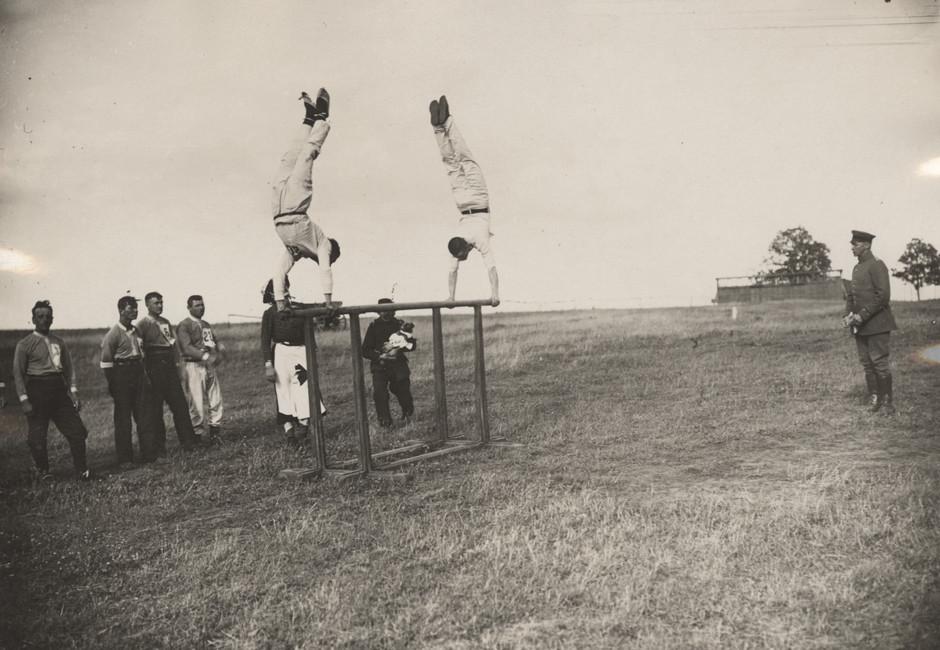 Nemška pilota tekmujeta na atletskem srečanju blizu zahodne fronte, 1917.