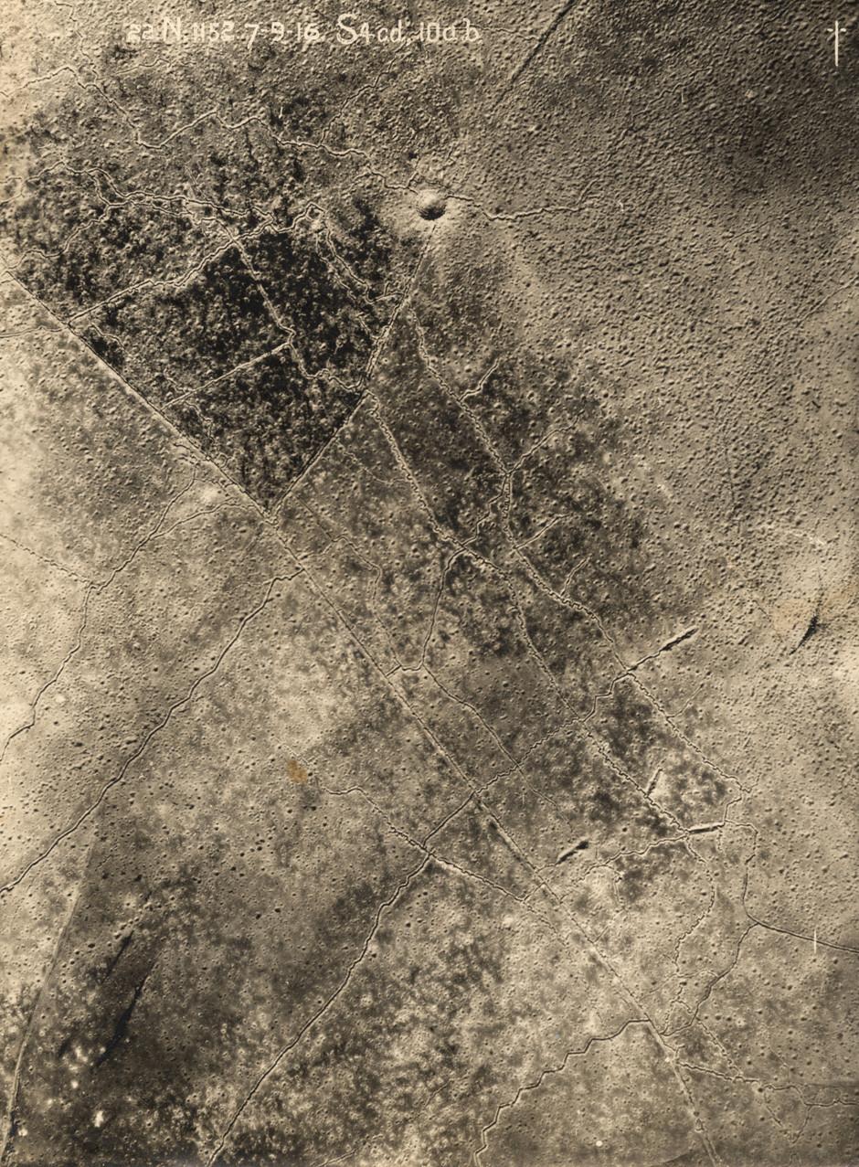 Letalski posnetek zahodne fronte in ogromnih kraterjev, ki so jih pustile številne granate. 7. september, 1916.