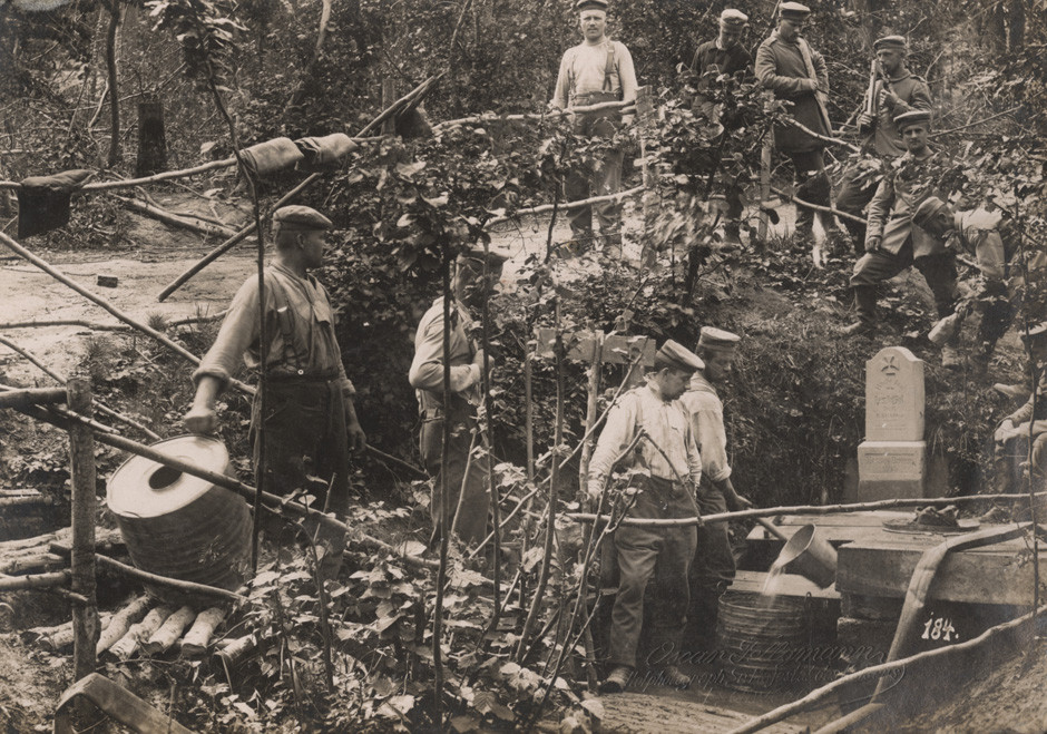 Nemška pehota zbira vodo na zahodni fronti, 1916.