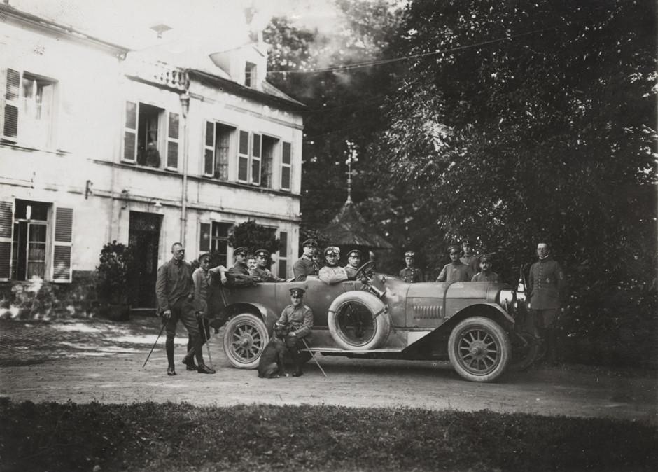 Nemški oficirji 280. letalske enote izven dvorca, kjer so bili nastanjeni, 1918.