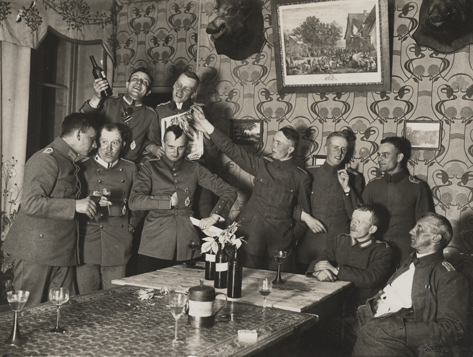Nemški oficirji 280. letalske enote med zabavo v svojem dvorcu, 1918.