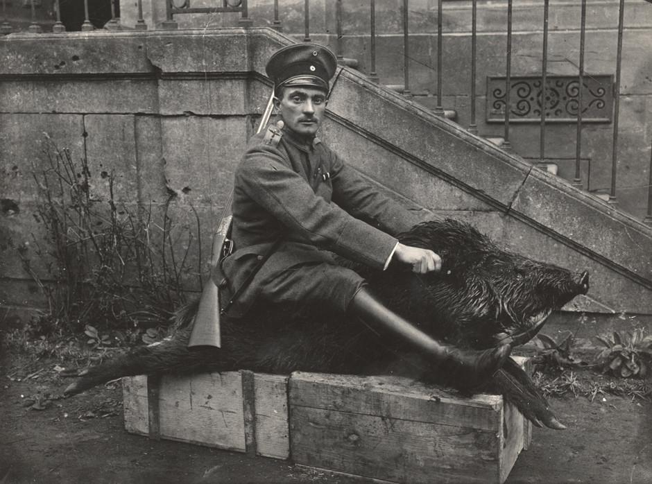 Nemški pilot sedi na mrtvem divjem prašiču pred dvorcem, 1918.