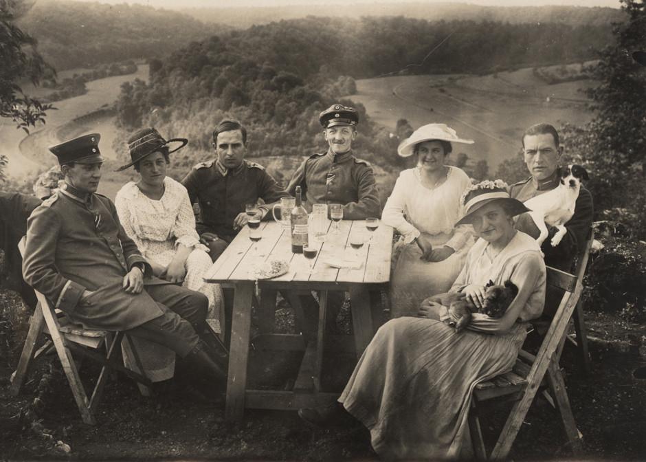 Nemški piloti in prijatelji med piknikom, 1918.
