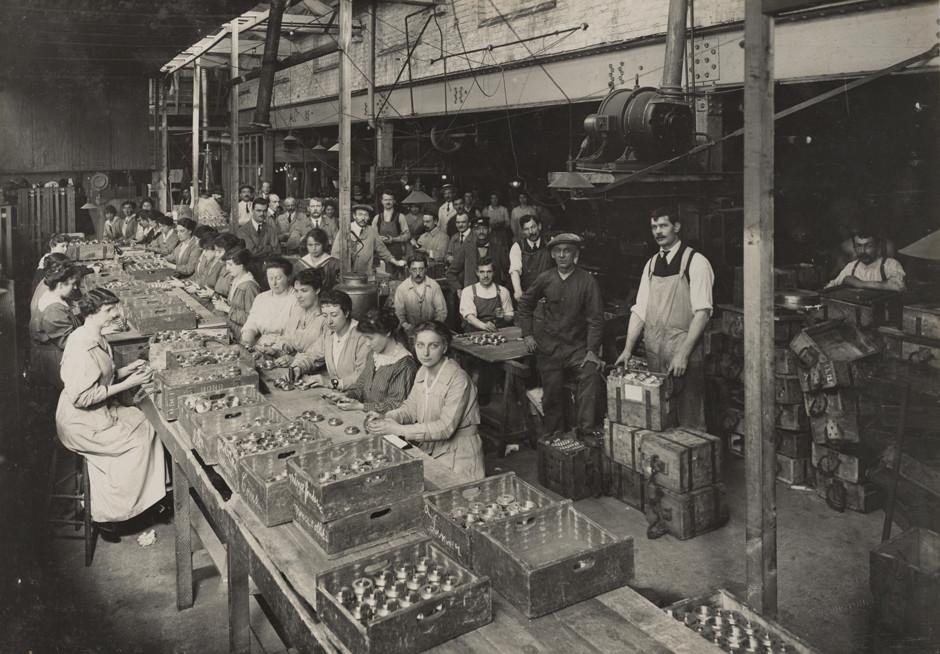 Britanske ženske med izdelovanjem streliva, 1916.