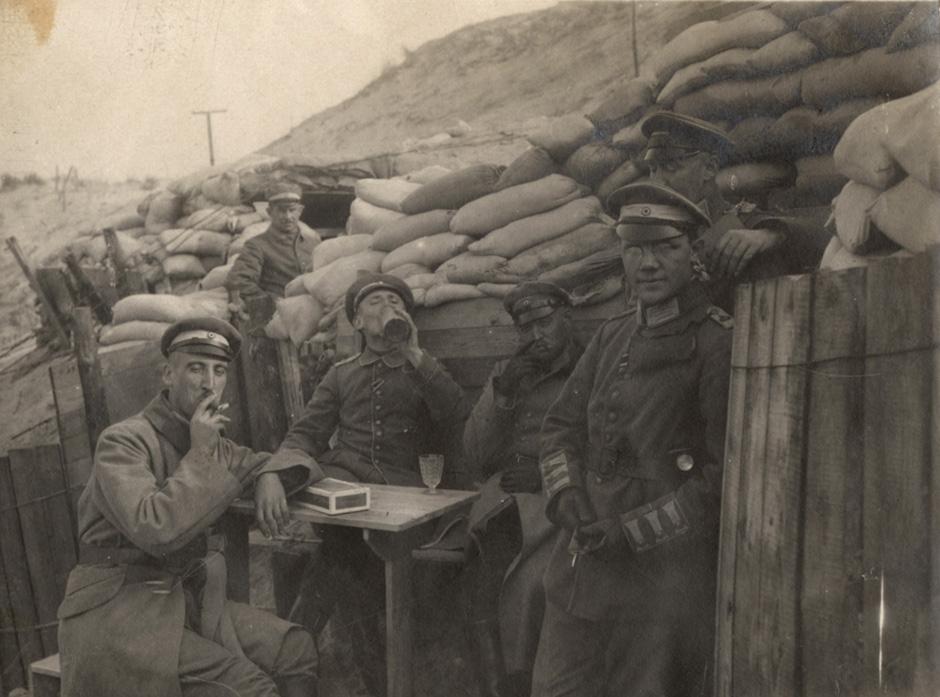 Nemški oficirji zunaj jarkov na belgijski fronti blizu mesta Yser, 1917.