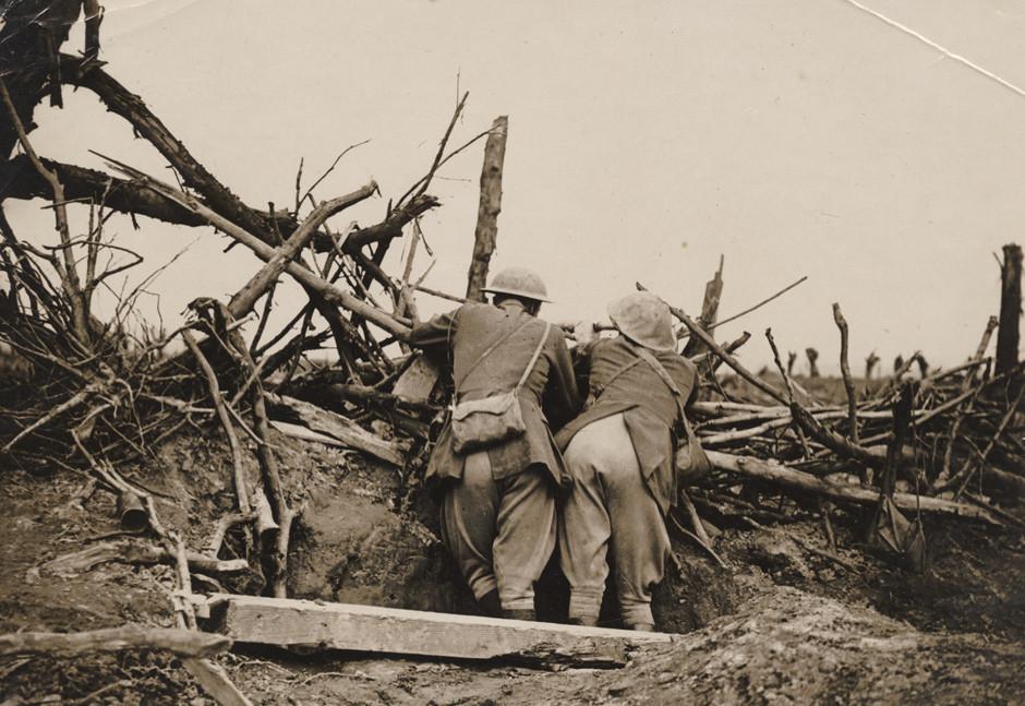 Britanska vojaka opazujeta topniško obstreljevanje med bitko na Somi, 1916.