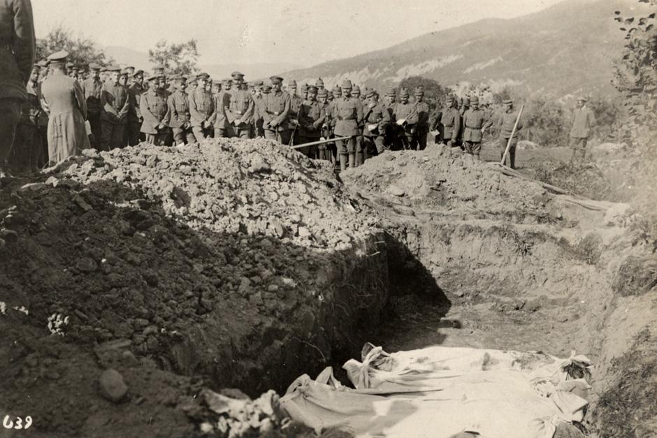Avstro-ogrski vojaki med pogrebom svojih tovarišev na vzhodni fronti, 1915.