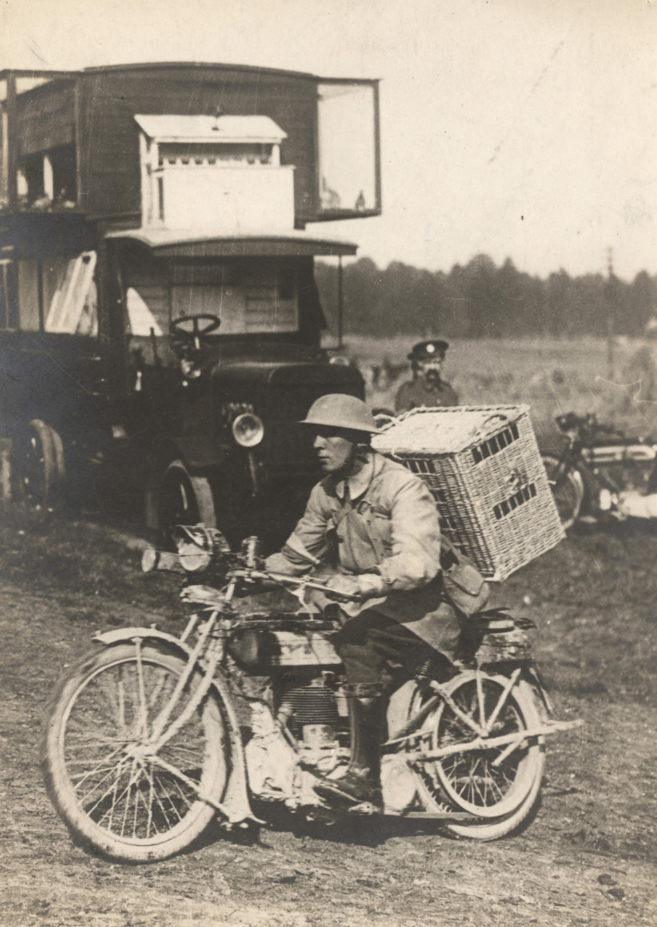 Britanski vojak dostavlja golobe pismonoše na zahodni fronti, 1916.